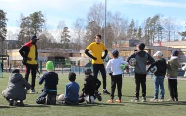 SOL:n innostuneet jalkapalloilijat vetävät nyt koululaisille omaa futiskerhoa